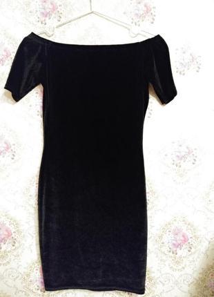 Женственное бархатное платье с опущенными плечами