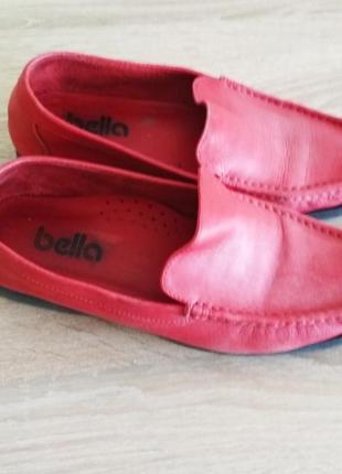 Яркие красные  кожаные мокасины туфли.
