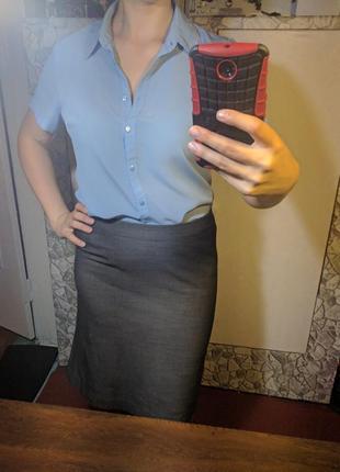 Голубая рубашка с коротким рукавом и вышивкой на воротнике