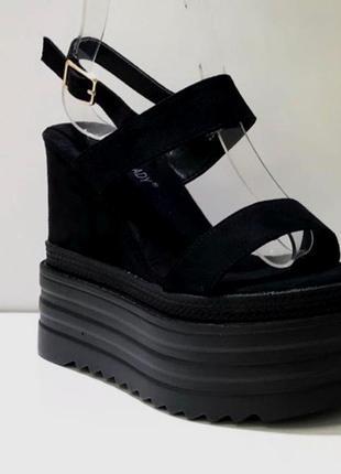 Люксовые супер стильные черные замшевые босоножки на массивной платформе