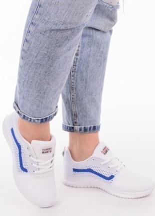 Белые летние кроссовки в сеточку