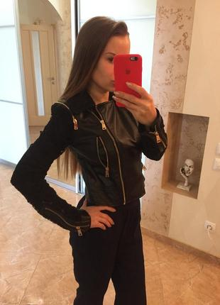 Крутая кожаная курточка с ажурными рукавами