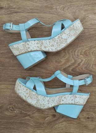 Босоножки лаковые голубые с кружевом asos