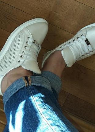 Новые летние весенние кожаные кеды кроссовки туфли женские с перфорацией