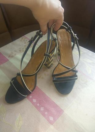Босоножки на невысоком толстом каблуке