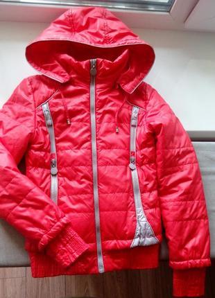 Яркая демисезонная курточка с капюшоном на девочку 7-9 лет