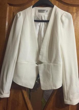 Белый пиджак новый