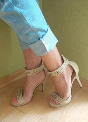 Босоножки бежевые на тонких ремешках с закрытой пяткой на каблуке