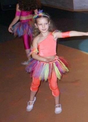 Прекрасный групповой танцевальный костюм
