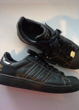 Бомбезные кроссовки adidas. оригинал. размер 38. черные с золотистым.