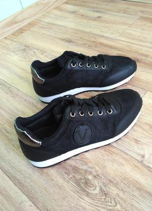 Красивые,стильные,лёгкие фирм бренд замш кроссовки кеды базовые черные 39 40