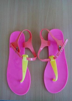 Пластиковые сандалии