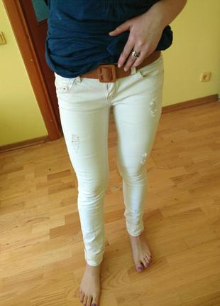 Білі джинсы stradivarius m рваные