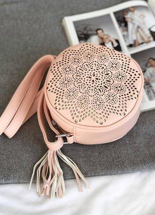 Кругла сумочка пудрового кольору