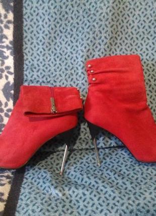 Фирменные красные полусапожки medea весна-осень (туфли, ботильоны, шпилька, замша)