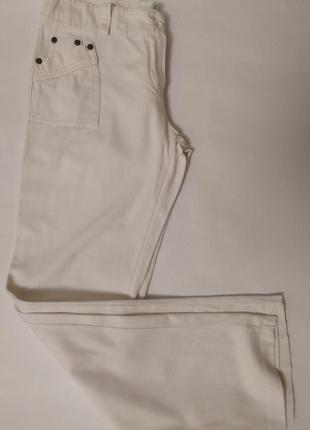 Белые брючки с карманами.