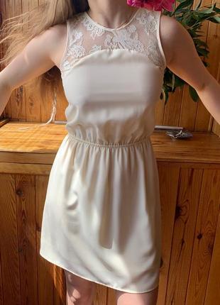 Красивое платье h&m молочного цвета