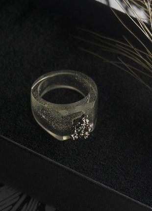 Кольцо из ювелирной смолы и пирита