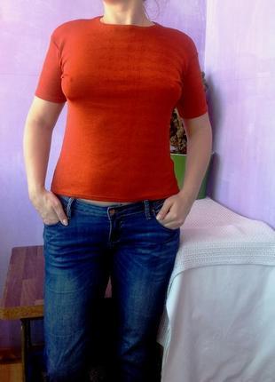 Плотная струящая футболка базис  и красивого рыженького цвета
