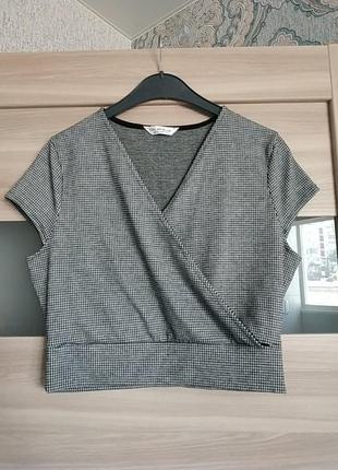 Актуальная укороченая блуза футболка на запах в гусиную лапку
