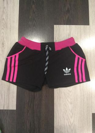 Женские короткие шорты.