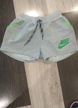 Стильные короткие шорты.
