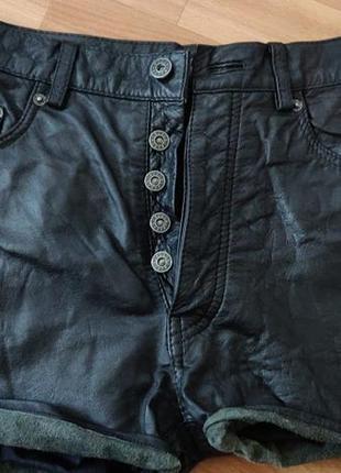 Срочно кожаные черные шорты с подворотами
