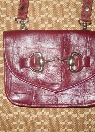 Маленькая, бордовая сумочка на длинной ручке atmosphere1