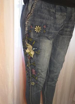 Джинсы с вышивкой2 фото