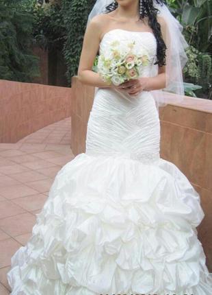 Скромное, но очень красивое свадебное платье.