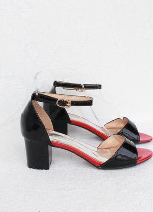 Черные босоножки 36 размера на удобном каблуке с ремешком вокруг ноги