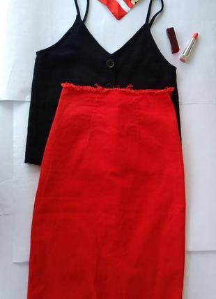 Высокая джинсовая юбка красного цвета