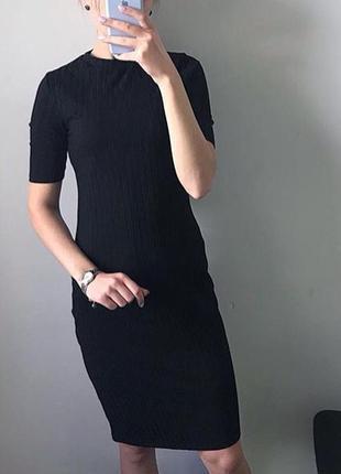 Чёрное базовое платье миди в рубчик