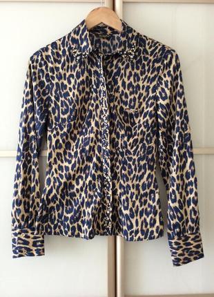 Стильная блуза обшита камушками