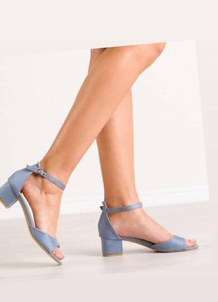 Босоножки на небольшом квадратном каблуке голубой