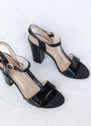 Черные босоножки 39 размера на устойчивом каблуке
