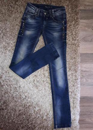 Яркие и нарядные скинни джинсы  с бисером.