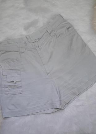 Бежевые шорты сафари с накладными карманами versace