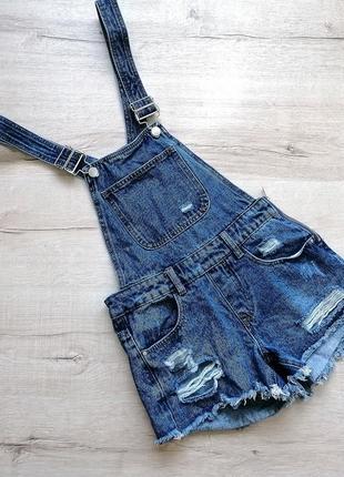 Трендовый   джинсовый комбинезон с рваностями и потертостями