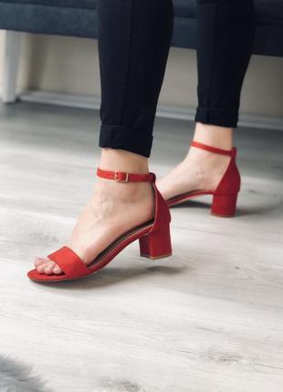 Женские красные босоножки на удобном каблуке