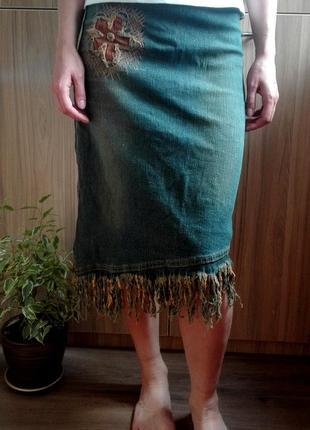 Стрейчевая юбка с асимметричным низом и бахромой