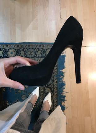 Черные замшевые  туфли на высоком каблуке с открытом носиком сердечко
