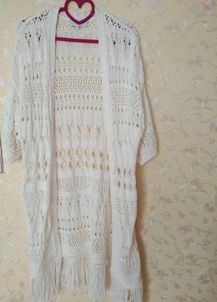 Белая накидка с бахромой, жилет в стиле бохо