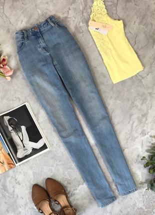 Светлые джинсы с легкими потертостями  pn1922080 next