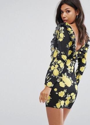Бомбическое платье с красивым цветочным принтом и шнуровкой спереди