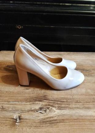 Бежевые туфли на толстом каблуке