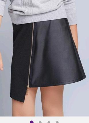 Стильная женская черная юбка со вставкой из экокожи и декоративной молнией