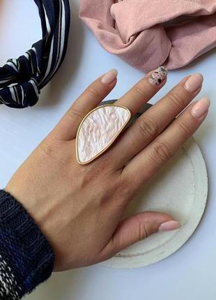 Крупное женское кольцо розовый перламутр регулируемый размер