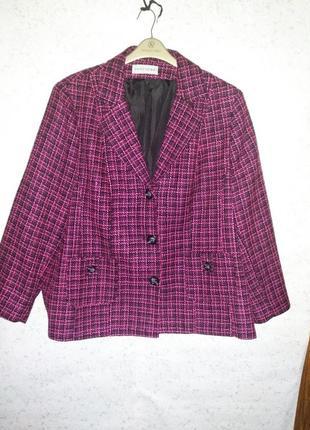 Красивое яркое  пальто букле в составе шерсть/28/62-64 размера