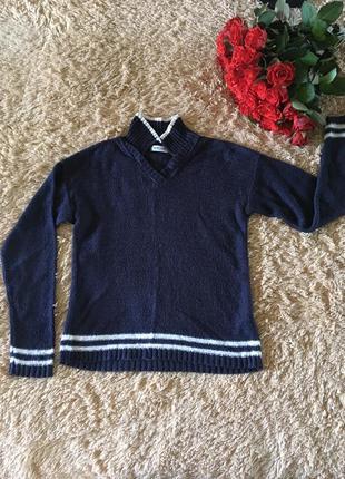 Чернильно-фиолетовый пуловер с контрастными белыми полосами